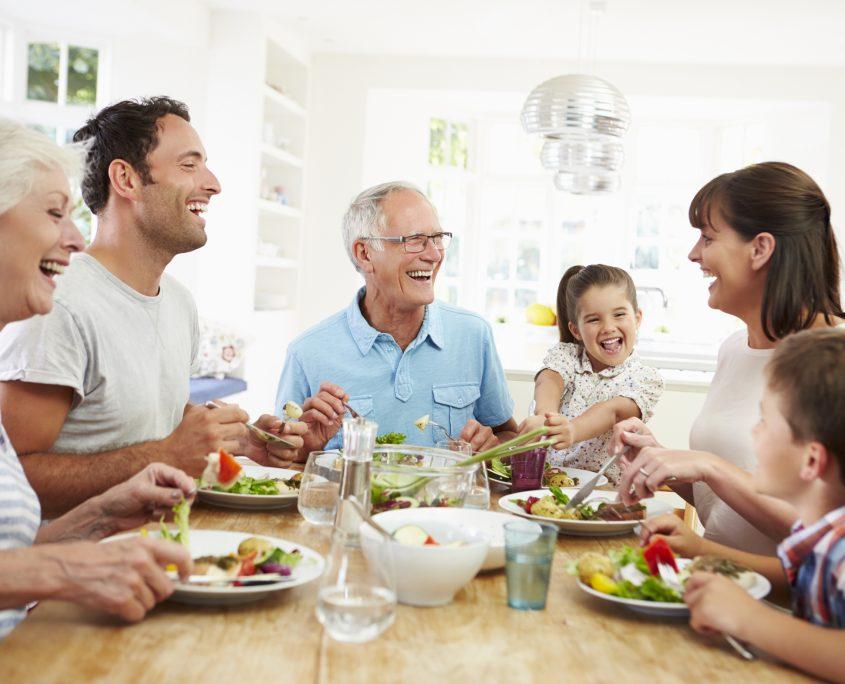 Drei Generationen einer Familie am Mittagstisch