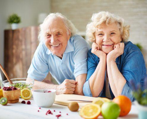 Seniorenpaar in der Küche