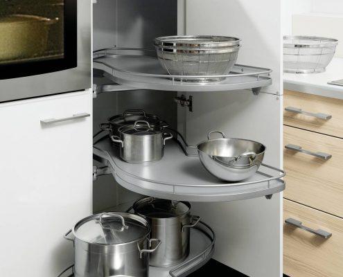 KüchenGalerie Follner; Aufbewahrungsbeispiel. Ecklösung mit ausschwenkbaren Böden. Bildquelle: Wellmann