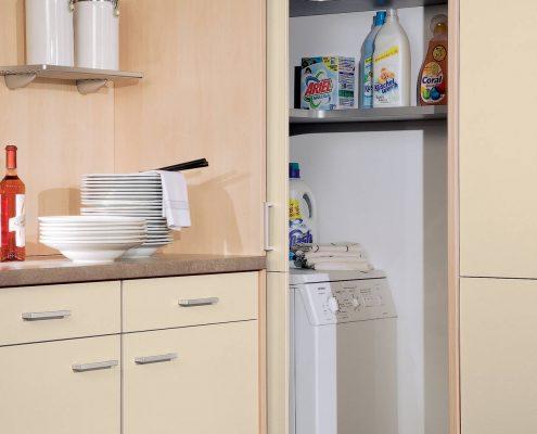 KüchenGalerie Follner; Aufbewahrungsbeispiel. Ecklösung mit Schiebetür. Bildquelle: Wellmann