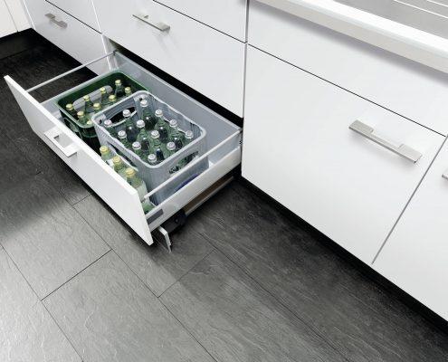 KüchenGalerie Follner; Aufbewahrungsbeispiel. Breite, tiefe Schublade. Bildquelle: Wellmann