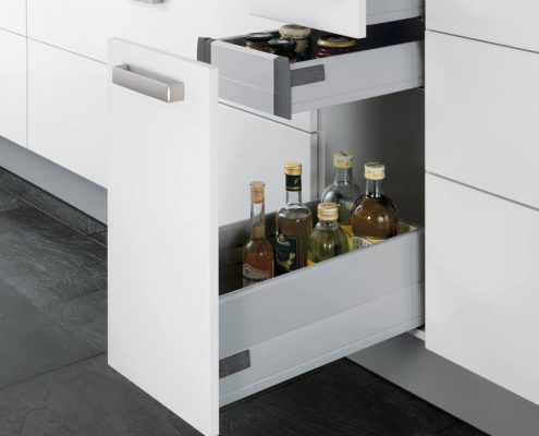KüchenGalerie Follner; Aufbewahrungsbeispiel. Schmale Tür mit ausziehbaren Fächern. Bildquelle: Wellmann