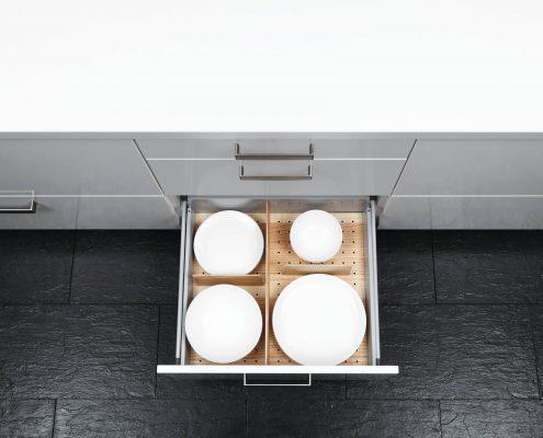 KüchenGalerie Follner; Aufbewahrungsbeispiel. Schublade mit variabler Aufteilung, Holzoptik. Bildquelle: Wellmann