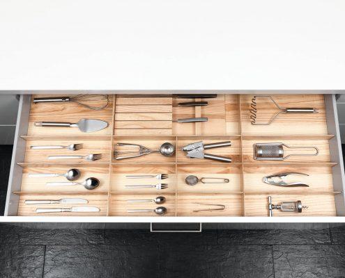 KüchenGalerie Follner; Aufbewahrungsbeispiel. Schublade, Fächer mit Holzoptik. Bildquelle: Wellmann
